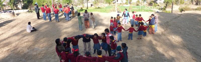 Kinder auf Schulhof Waisenschule Nepal